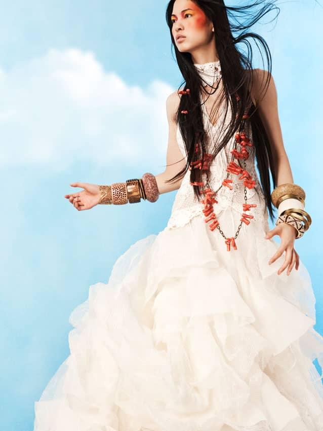 9dd27b6a798 Свадебные платья с V-образным декольте и объемной юбкой создают романтичный  силуэт