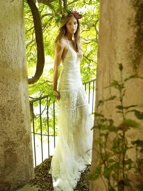 f9cfa4c4e80 Открытые платья на тонких бретелях впишутся в свадебную церемонию в стиле  хиппи как нельзя лучше. Комфортный прямой крой и кружева с цветочным  рисунком ...