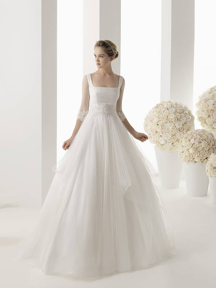 Романтичное свадебное платье с квадратной формой декольте.