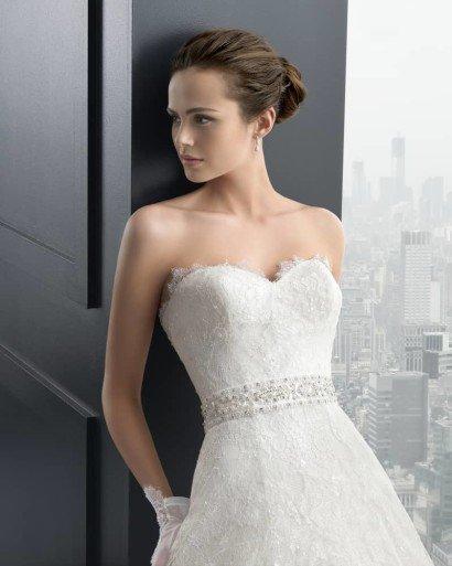 Открытое свадебное платье с многослойной юбкой.