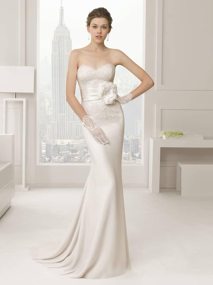 Красивое  атласное свадебное платье с широким поясом 2015.