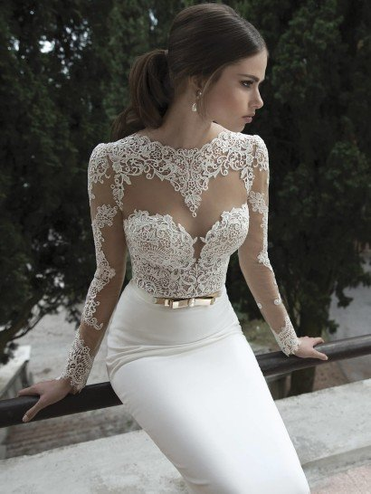 Свадебное платье прямого кроя создает образ, полный выразительных контрастов.  Полупрозрачный верх с нежными кружевными аппликациями на лифе, у выреза-лодочки и на рукавах гармонично дополнен юбкой из матового шелка.  Сзади спину открывает глубокое декольте, декорированное по краям кружевом.  Талию очерчивает оригинальный пояс с объемной золотой пряжкой в виде двойного банта, украшенной жемчужиной.  Свадебные платьяBerta Bridalэксклюзивно представлены в салоне Виктория  Примерка платьев Berta Bridal-платная