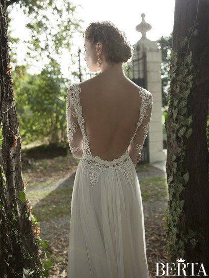Свадебное платье прямого силуэта с кружевными аппликациями.