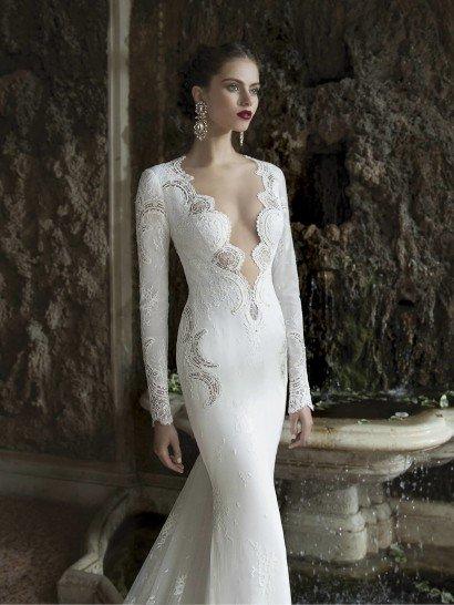 Свадебное платье прямого силуэта с очень глубоким декольте.