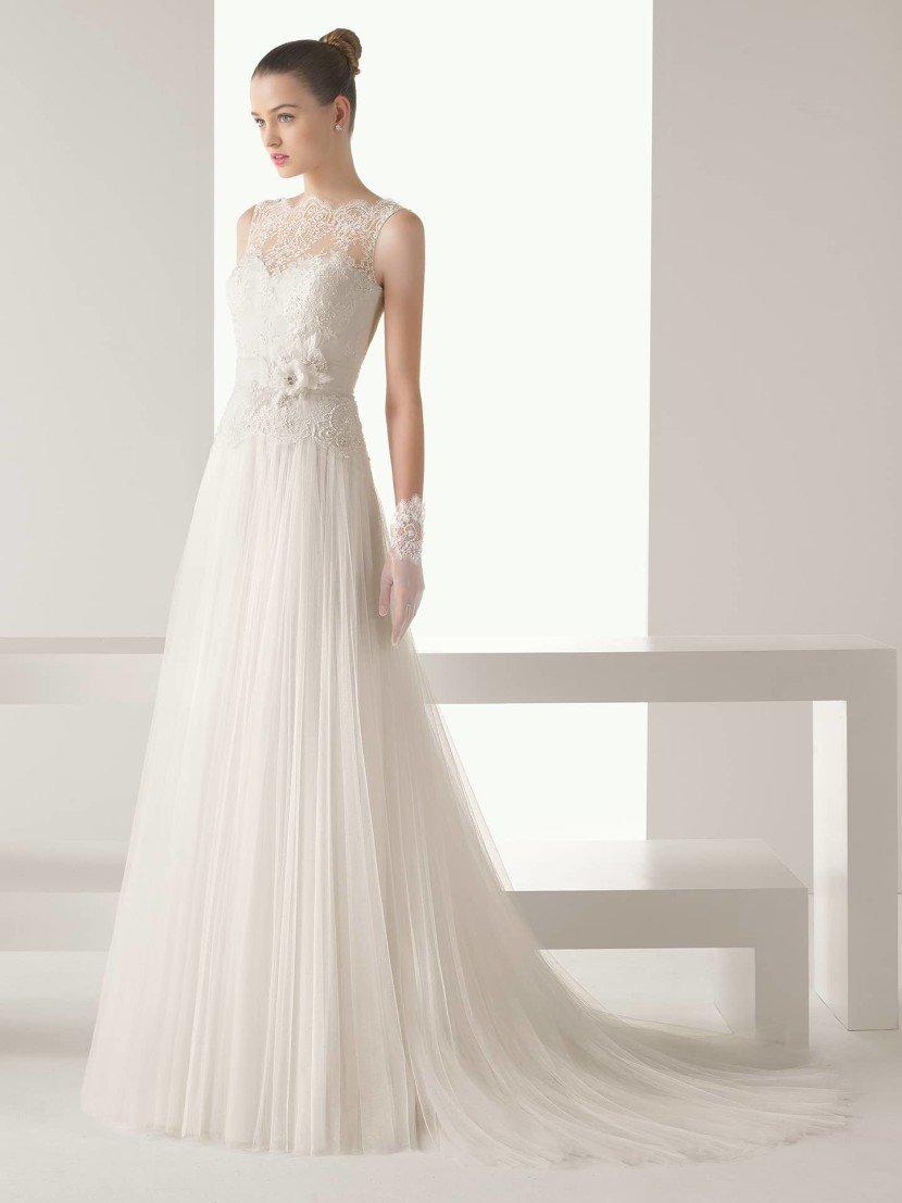 Закрытое прямое свадебное платье.