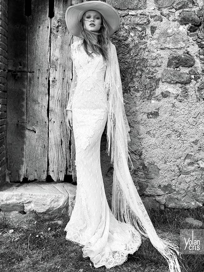 Потрясающее закрытое свадебное платье прямого силуэта.