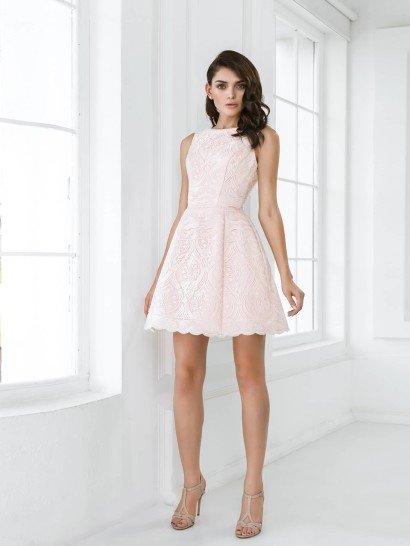 Закрытое короткое свадебное платье А-силуэта своим кроем напоминает о женственном винтажном стиле.  Юбка длиной до середины бедра и акцентированная талия подчеркивают достоинства стройной фигуры, а закрытый лиф с вырезом лодочкой придает образу скромную элегантность.  Свадебное платье выполнено из плотной ткани с интересной фактурой – абстрактный рисунок делает образ запоминающимся при всей его лаконичности.
