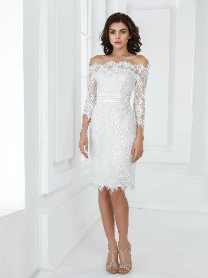 Элегантное свадебное платье с короткой юбкой подойдет для стильного, запоминающегося образа.  Портретное декольте смотрится еще красивее благодаря оформлению просвечивающей кружевной тканью, из которой также сшиты рукава длиной в три четверти.  Прямой крой в стиле платья-футляр с выделенной поясом талией подчеркивает фигуру, а выразительная отделка из кружевной ткани поверх плотной атласной ткани-основы придает образу нежность.