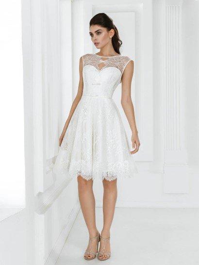 Короткое пляжное свадебное платье создано для самого трогательного и изысканного образа невесты.  Закрытый верх выполнен из полупрозрачной ткани и оформлен оригинальным вырезом с кокетливыми бантами.  Талию невесты акцентирует узкий пояс, а короткая юбка делает фигуру чувственной.  Кружевная ткань покрывает атласную основу по всей длине платья, а по низу подола юбка отделана широкой ажурной полосой с зубчатым краем.