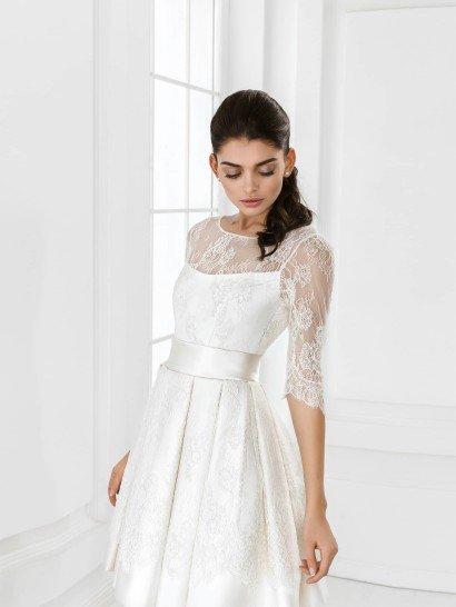 Короткое романтичное свадебное платье с рукавами.