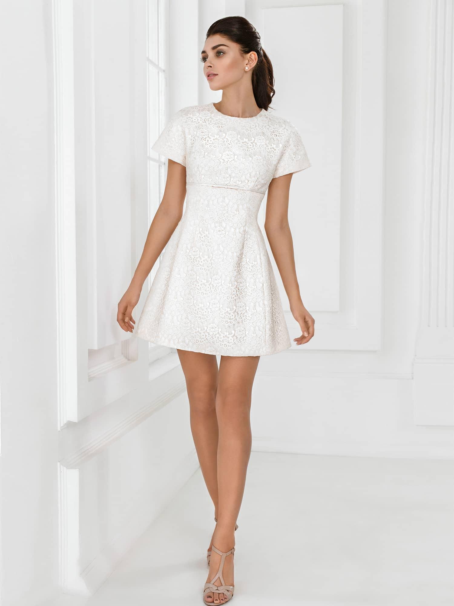 Прическа под короткое платье с рукавами
