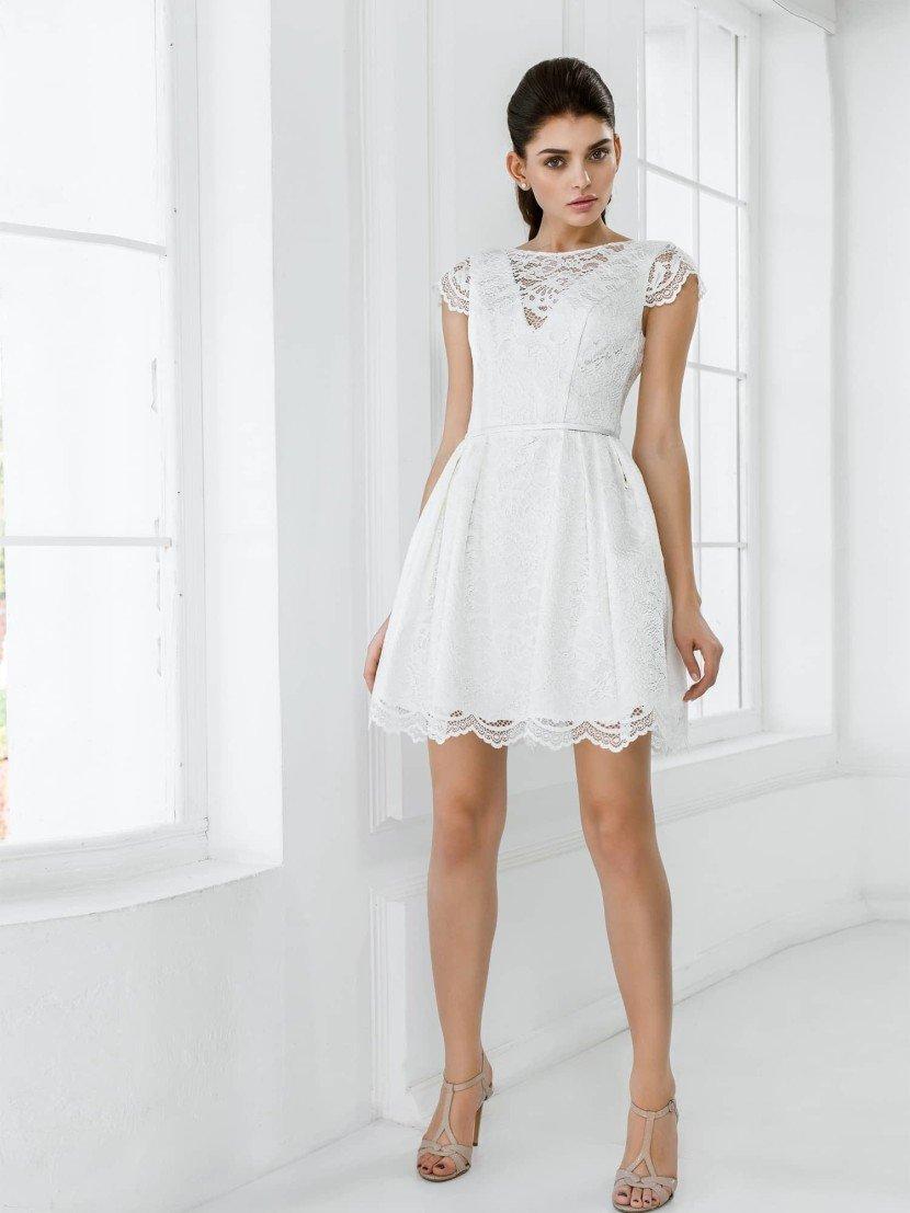 Короткое белое свадебное платье.