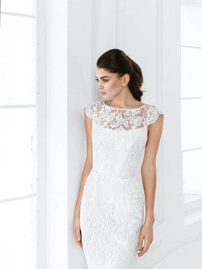 Короткое строгое свадебное платье.