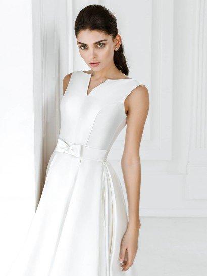 Короткое свадебное платье с небольшим V-образным вырезом, созданное из атласной ткани.