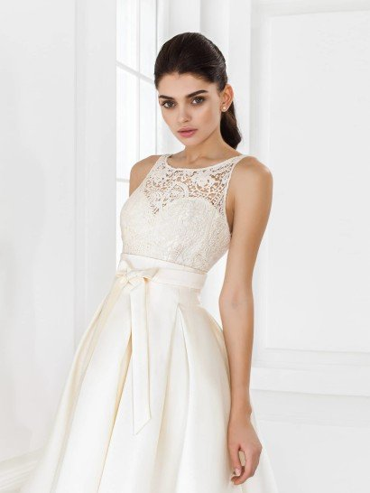 Свадебное платье короткое спереди длинное сзади.