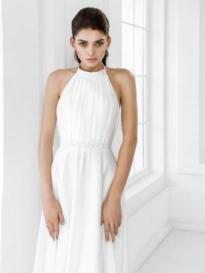 Прямое свадебное платье из атласной ткани, с американской проймой и деликатными драпировками по верху.