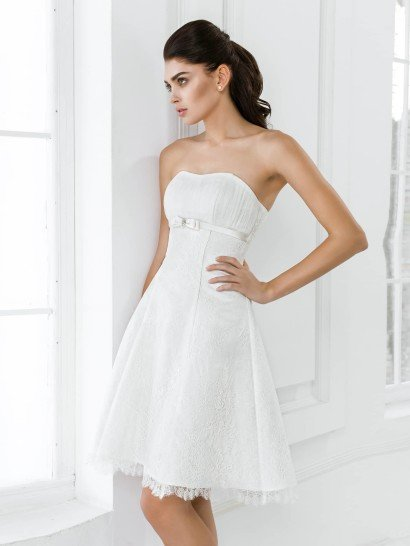 Открытое свадебное платье длиной до середины бедра с завышенной линией талии.