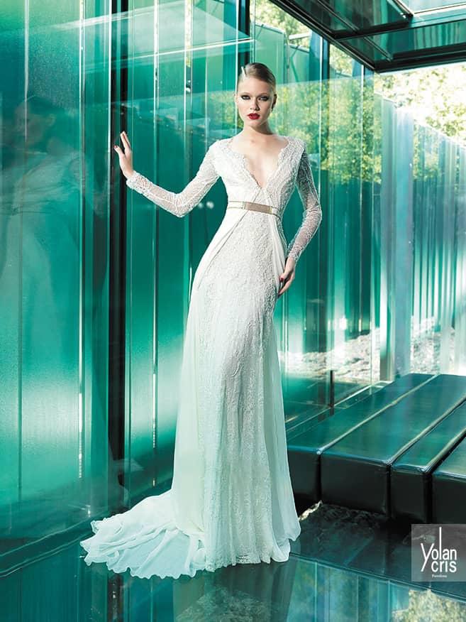 Свадебное платье с рукавами и поясом.