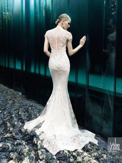 Закрытое кружевное свадебное платье.