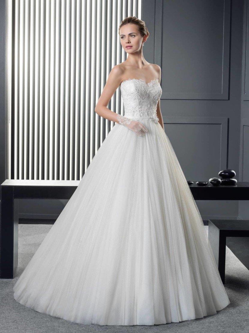 Открытое свадебное платье принцесса.