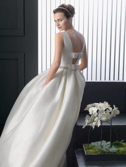 Пышное свадебное платье из атласа.