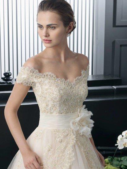 Свадебное платье с многослойной юбкой.
