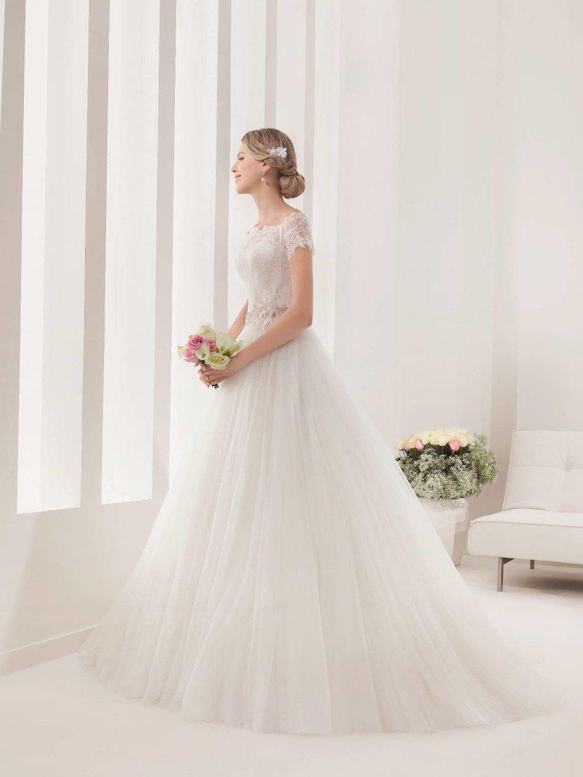 Свадебное платье с закрытым кружевным верхом.
