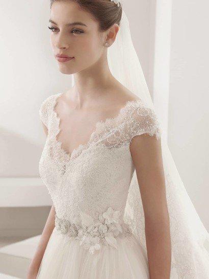 Классическое свадебное платье с поясом.