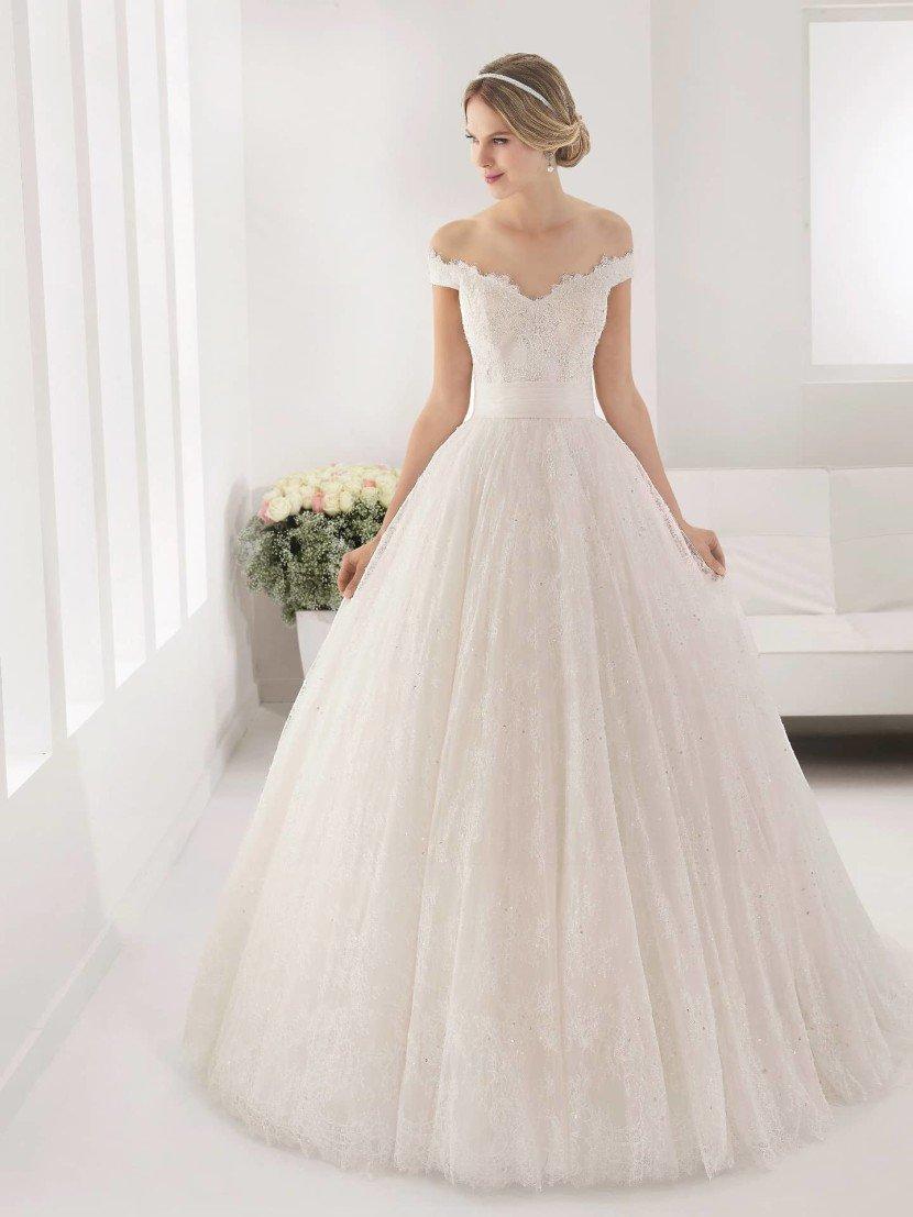Пышное свадебное платье с портретным декольте 2016.