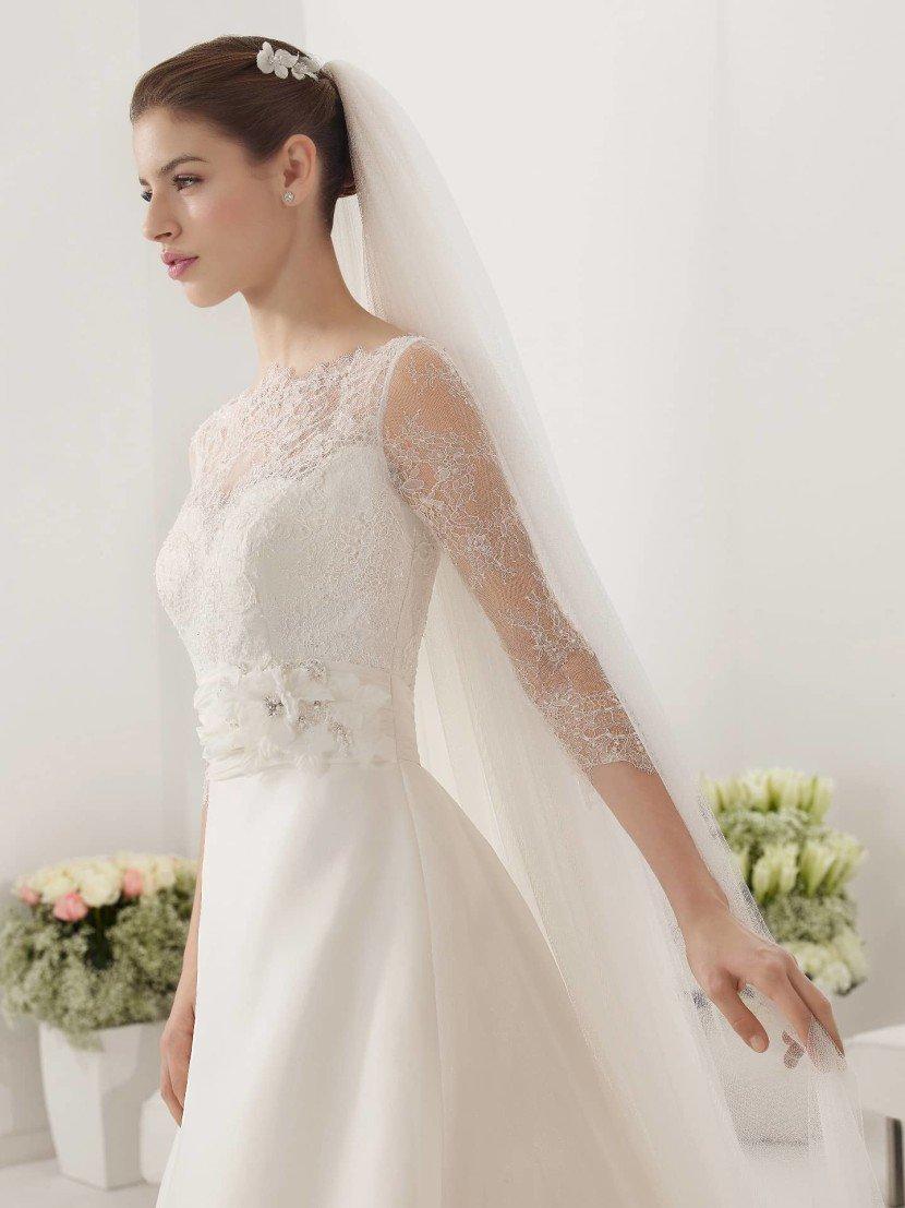 Закрытое свадебное платье с прозрачными рукавами 2015.
