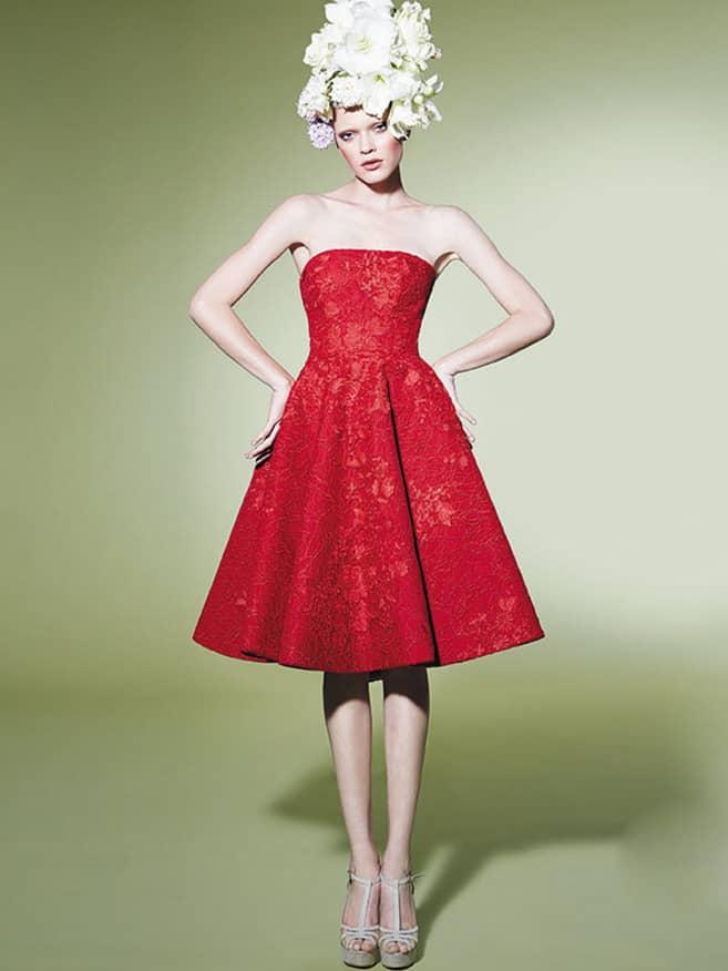 Красное коктейльное платье выполнено из потрясающего гипюра на шелковой основе. ➌ Примерка и подгонка платьев  ✆ +7 495 627 62 42 ★ Салон Виктория Ⓜ Арбатская Ⓜ Смоленская