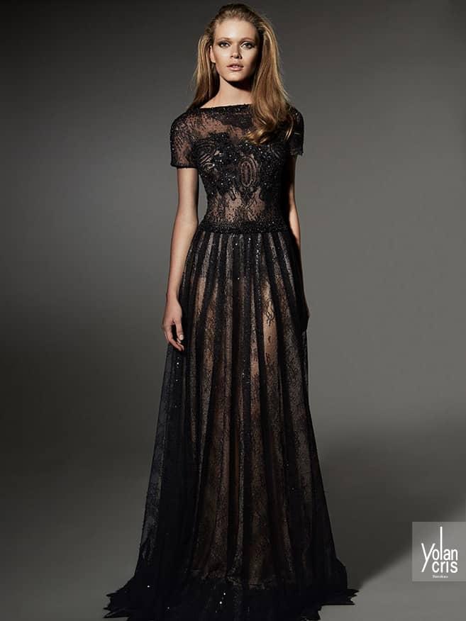 Вечернее платье в пол с коротким рукавом.
