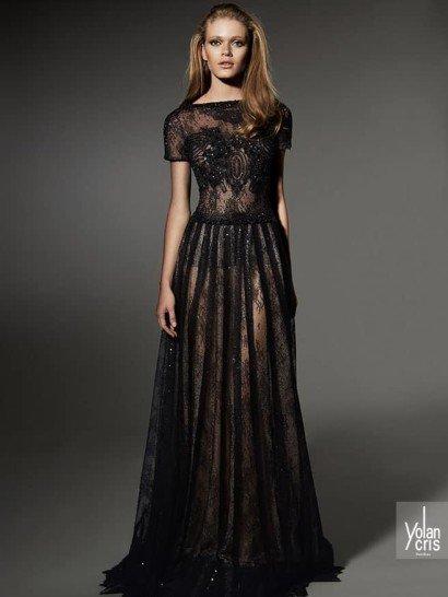 Длинное вечернее платье с прямым силуэтом выполнено из тонкого кружева, изящно расшитого небольшими стразами.  Элегантность этого образа подчеркнута вырезом бато, короткими рукавами и акцентированной складками ткани линией талии.  Лаконичный крой и классический оттенок ткани в сочетании с чувственным полупрозрачным кружевом делают это вечернее платье идеальным выбором для самых особых поводов.  Вечерниеплатья Yolan Crisэксклюзивно представлены в салоне Виктория  Примерка платьев Yolan Cris -платная