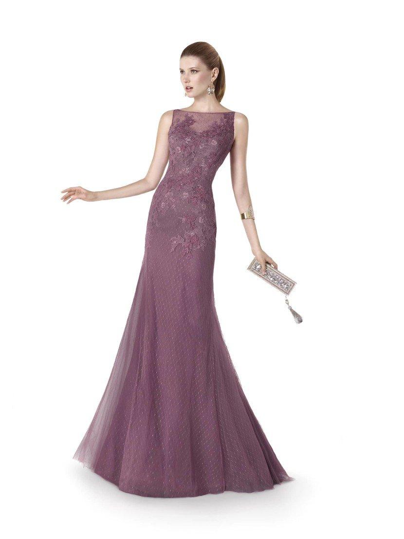 Закрытое вечернее платье в пол.