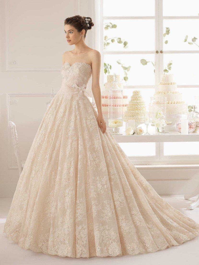 Цветное свадебное платье А-силуэта.