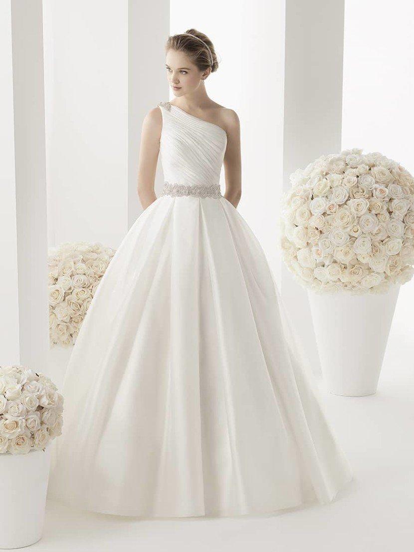 Кружевное свадебное платье с широким поясом.