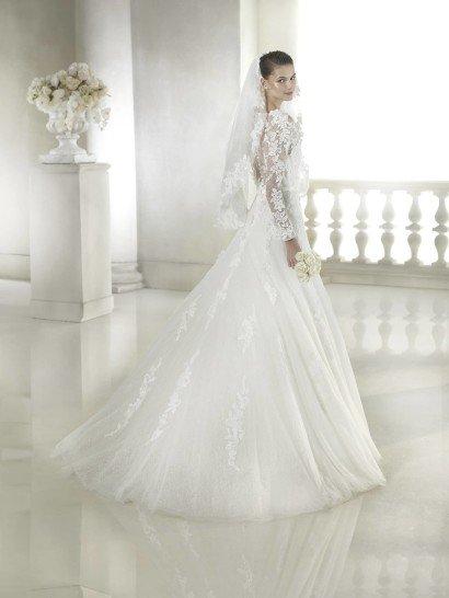 Свадебное платье с глубоким декольте.