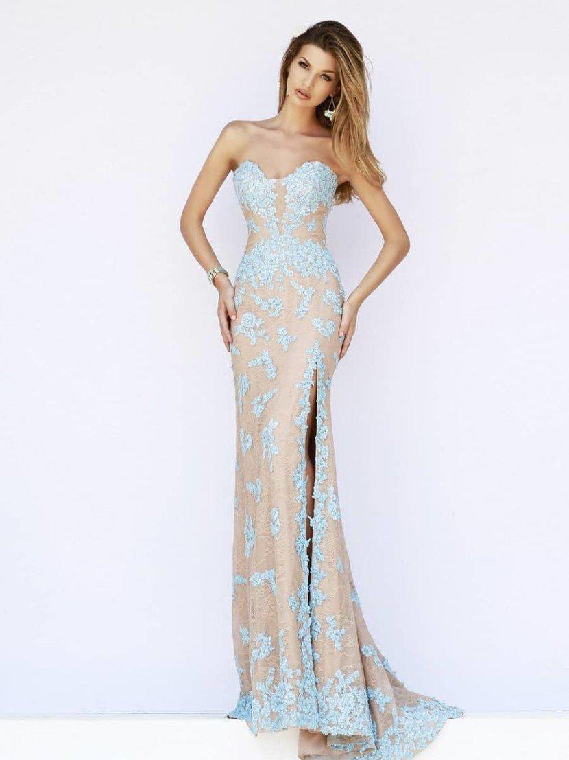 Прямое длинное вечернее платье.