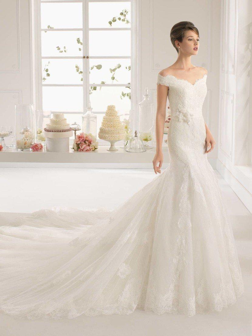 Свадебное платье со спущенным плечом.