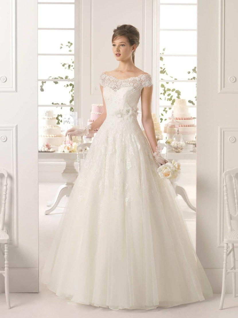 Свадебное платье с расшитым декольте 2015.
