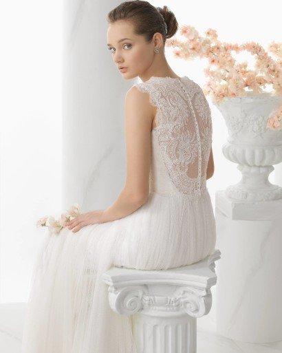 Свадебное платье с полностью кружевным верхом и спиной.