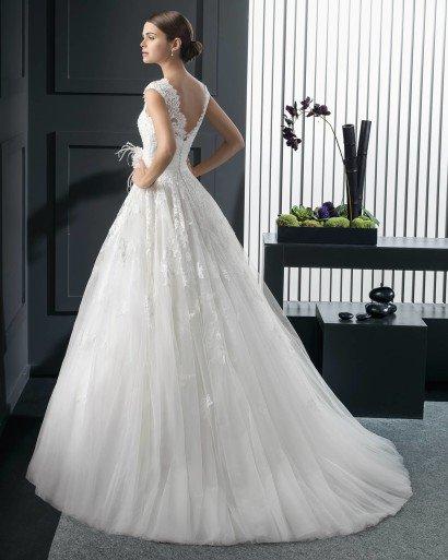 Свадебное платье с кружевным верхом и бутоном на поясе.
