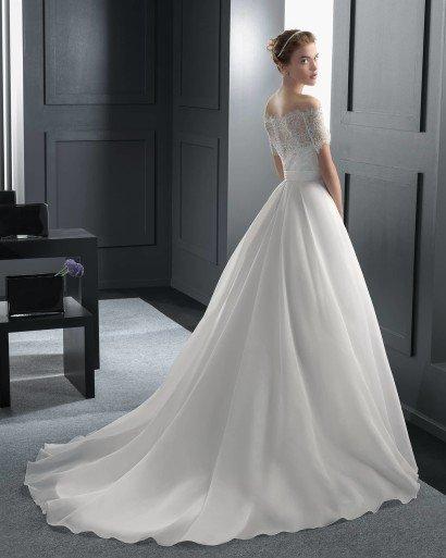 Свадебное платье с шлейфом.