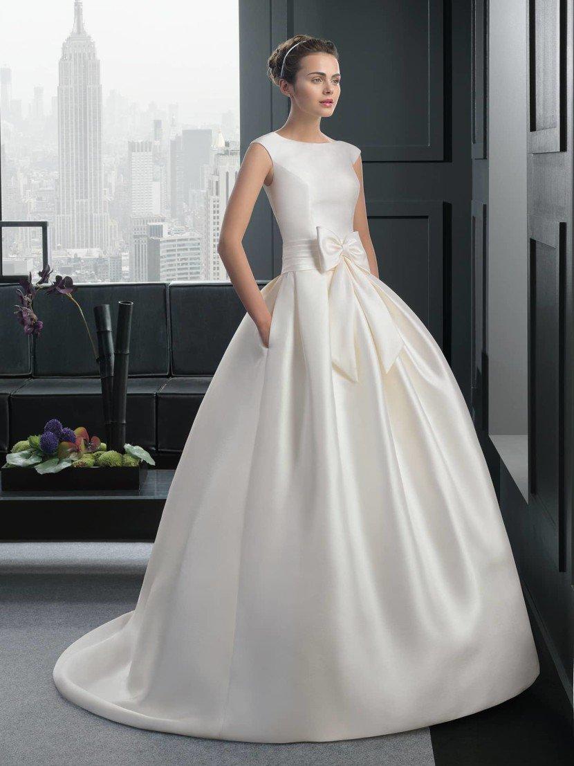 Пышное шелковое свадебное платье с бантом.