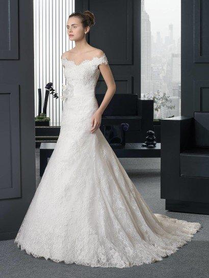 Свадебное платье ROXANA оригинально акцентирует талию широким поясом с горизонтальными складками ткани и объемным цветком с полупрозрачными лепестками сбоку.  Фигурный портретный вырез дополнен широкими бретелями на предплечьях.  Свадебное платье по всей длине покрывает кружевная ткань, которая становится особенно выразительной в нижней части подола и по шлейфу сзади.