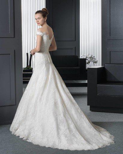 Свадебное платье с открытыми плечами.