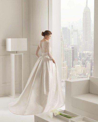 Свадебное пышное платье с бантом и карманами.