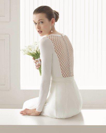 Необычное свадебное платье с открытой спиной.