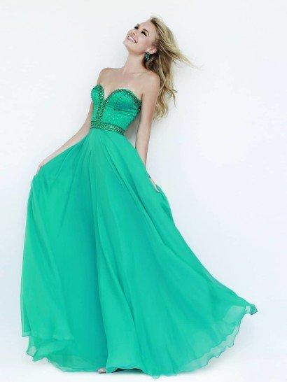 Вечернее платье с открытым лифом в форме сердечка выполнено из яркой зеленой ткани, оттенок которой украсит разные типы внешности.  Облегающий корсет декорирован вышивкой из стразов в тон ткани, плотным слоем покрывающих линию декольте и очерчивающих талию и чуть реже располагающихся по лифу.  Лаконичная юбка максимальной длины элегантно смотрится благодаря прямому крою, воплощенному в легком шифоне.