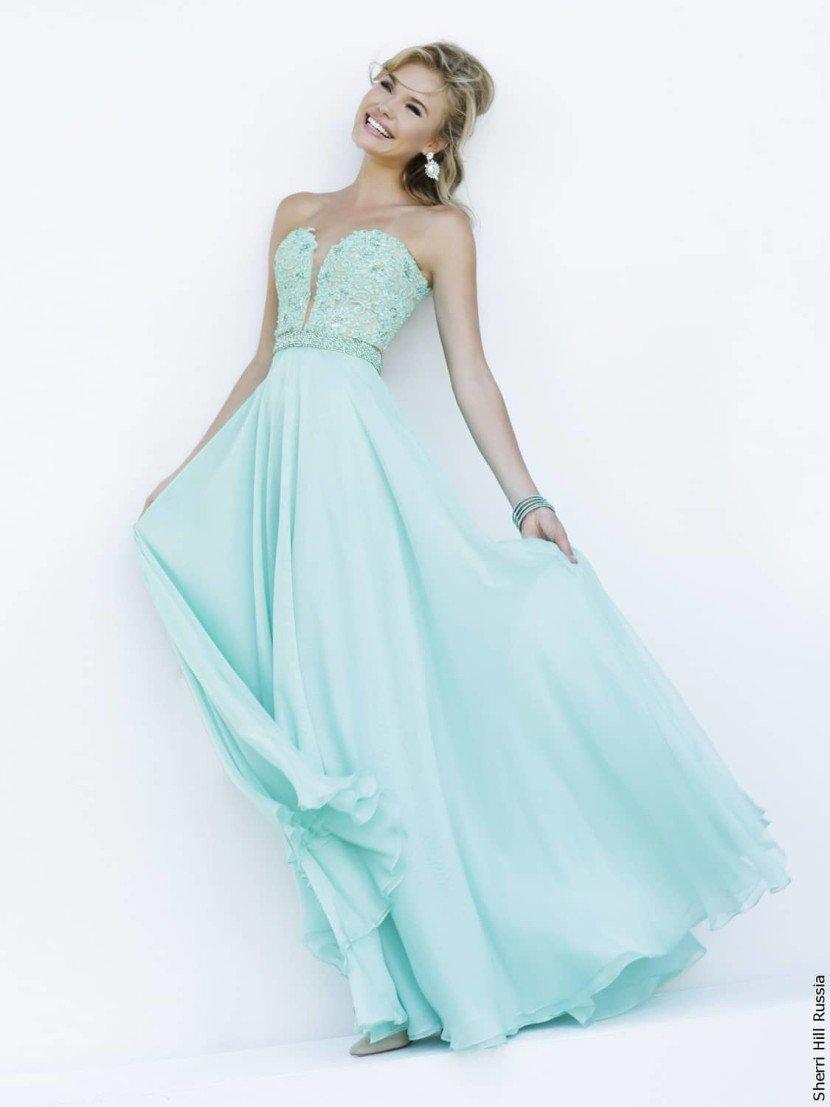 Длинное прямое выпускное платье.